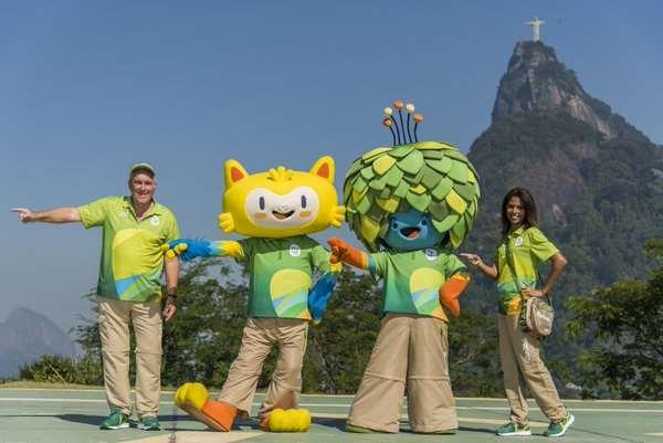 En esta foto podemos ver los Uniformes de color verde, los Uniformes que vestirán vestirán aquellas personas que trabajen en Atención al Público durante los Juegos Olimpicos de Río 2016. También podemos ver a las Mascotas de Río 2016, Vinicius (la Mascota de los Juegos Olímpicos) y Tom (la de los Paralímpicos)