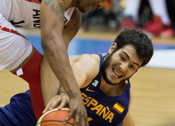 En esta foto podemos ver a Àlex Abrines, en el suelo, con su mano derecha sobre el balón