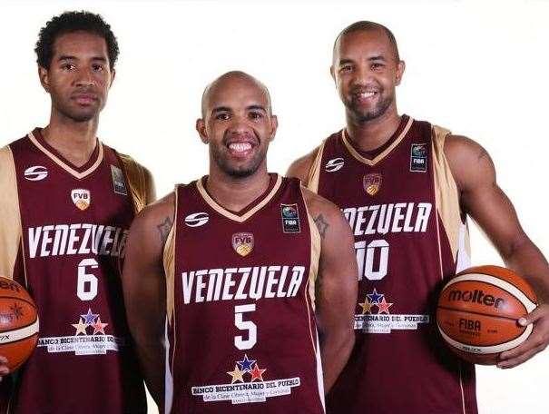 En esta foto podemos ver, de izquierda a derecha, a John Cox, a Gregory y a José Vargas, 3 de los 12 Jugadores de la Selección de Venezuela Campeona del Actual Campeona del FIBA Americas 2015
