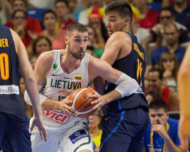 En esta foto podemos ver cómo Ionas Valanchiuunas se va de Vili Hernangómez, mientras Víctor Claver está atento a una posible Ayuda Defensiva