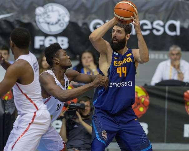 En esta foto podemos ver a Nikola Mítotitch, con balón, defendido por un Jugador de la Selección de Angola