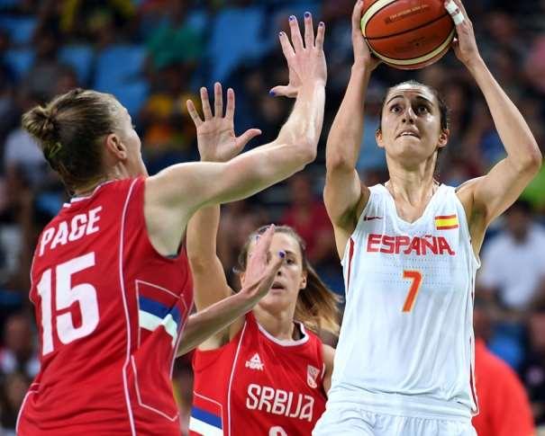En esta foto podemos ve a Alba Torrens a puntito de ejecutar un lanzamiento a canasta, con la mirada fija en el objetivo de su tiro, en la canasta, sin que Ninguna de las 2 Defensoras de la Selección de Serbia que aparecen en esta foto puedan hacer nada por evitarlo