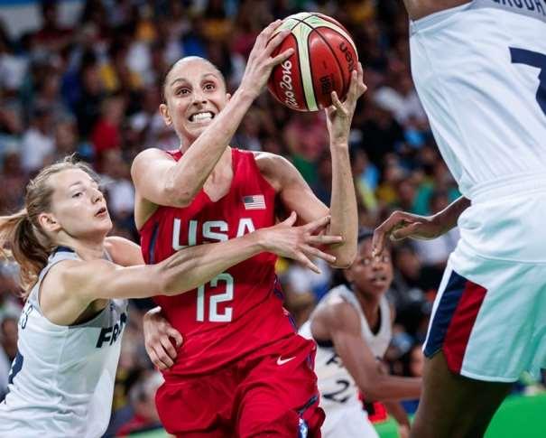 En esta foto podemos ve a Diana Taurasi cómo se va de su Defensora, que intenta impedirlo. También podemos ver a otra defensora de la Selección de Francia, preparada para una posible ayuda defensiva