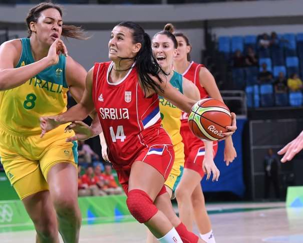 En esta foto podemos ver cómo Ana Dabovic inicia una penetración a canasta, con bote, con su mano izquierda, ante la ayuda Interior de la Jugadora de la Selección de Australia, en su Primer Partido disputado en este Carioca 1