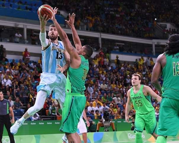 En esta foto podemos ver a Andrés Nocioni superando a los defensores de la selección de Brasil que aparecen, junto a él, en la foto, en el Carioca 1