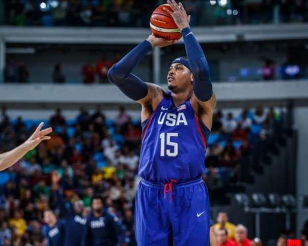 En esta foto podemos ver a Carmelo Anthony ejecutando un lanzamiento a canasta