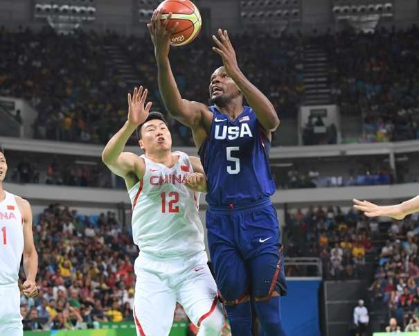 En esta foto podemos ver cómo Kevin Durant se dispone anotar, superando a un Defensor de China