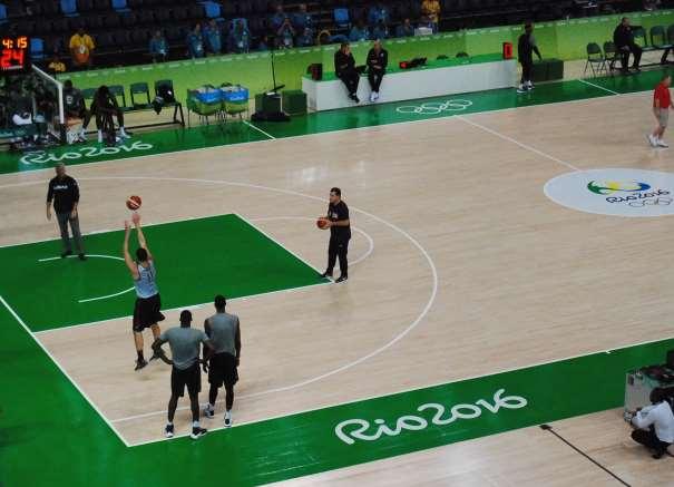 En esta foto podemos ver cómo un grupo de Jugadores del Team USA ejecutan lanzamientos a canasta en un momento de su Entrenamiento del día Previo a la Inauguración de los Juegos Olímpicos de Río en el Pabellón Carioca 1 Arena, en el que disputarán sus 8 Partidos de estos Juegos Olímpicos