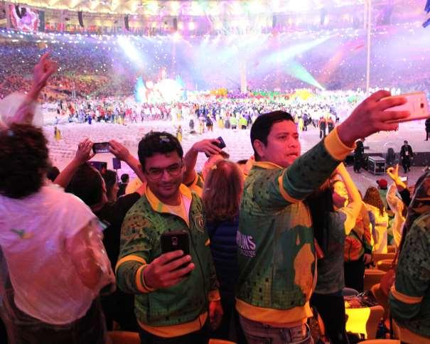 En esta foto podemos ver cómo un grupo de asistentes a la Ceremonia de Clausura de los Juegos Olímpicos de Río 2016 se hace autorretratos
