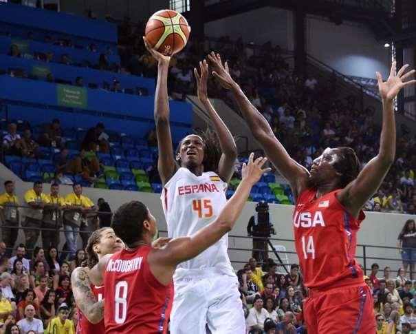 En esta foto podemos ver a Astou Ndour ejecutando un lanzamiento a canasta sin que Ninguna de las 3 defensoras de USA que la rodean puedan evitar el tiro