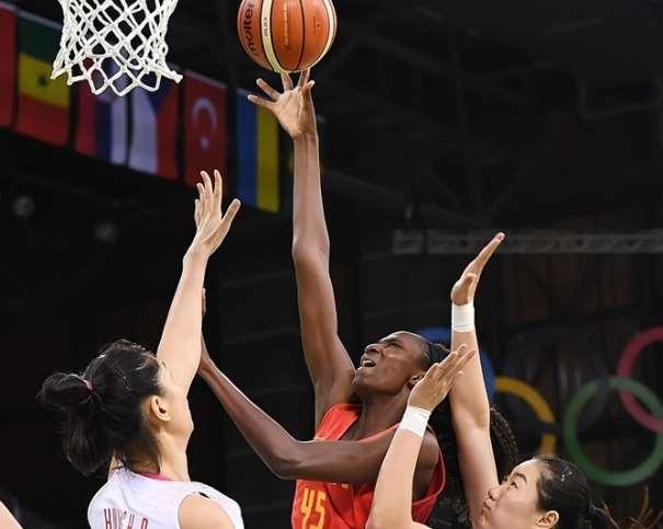 """En esta foto podemos ver cómo Astou Ndour se dispone a anotar """"debajo del aro"""" rodeada por defensoras de la selección de China, que No pueden hacer nada por evitarlo"""