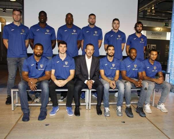 En esta foto podemos ver a los 11 Jugadores del Estudiantes ACB 2016-2017 junto a su Entrenador Jefe Salva Maldonado, uno de los Entrenadores Históricos de la Liga