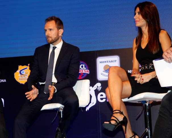 En esta foto podemos ver a Milena Martín y a David Carnicero durante uno de los momentos de la Presentación de la Liga ACB 2016-2017
