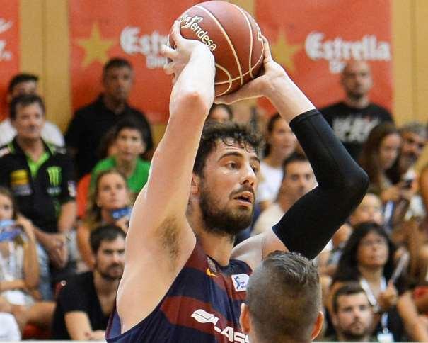 En esta foto podemos ver a Ante Tómitch) con el balón por encima de la cabeza, alejándolo del defensor del Andorra, buscando un pase