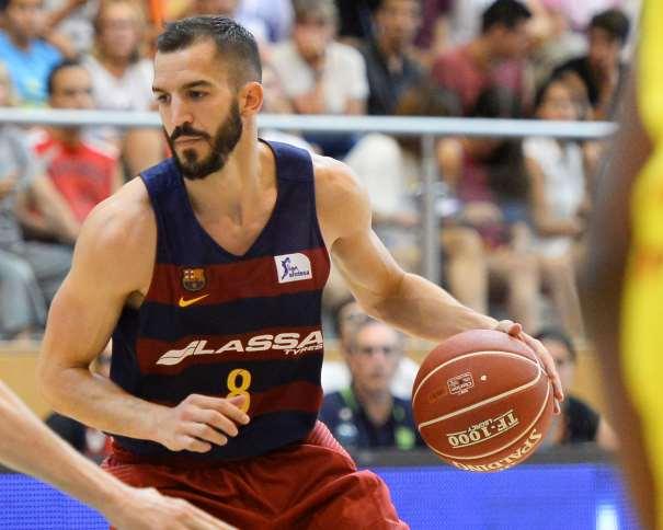 En esta foto podemos ver a Pau Ribas botando el balón, con su mano izquierda, tratando de superar a un defensor del Andorra