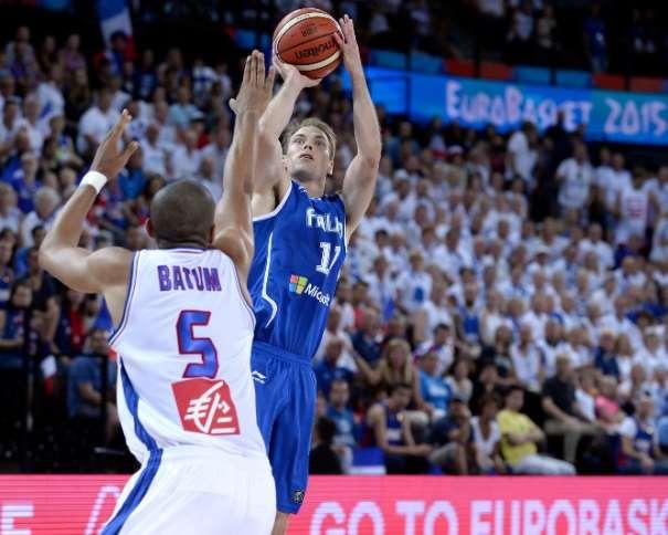 En esta foto podemos ver a Petteri Koponen ejecutando un lanzamiento a canasta en el Partido que Finlandia disputó contra Francia en el EuroBasket 2015 sin que el francés Nicolas Batum pueda llegar a evitarlo