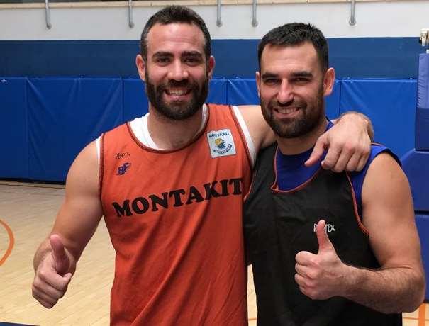 En esta foto podemos ver a Marko Popovitch y a Carlos Cabezas, abrazados, en ropa de entrenamiento