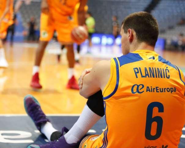 En esta foto podemos ver a (6) Darko Planinić (pronunciado Planinitch), ex-Jugador del Baskonia de Vitoria-Gasteiz, calentando con su nuevo Equipo, el Gran Canaria, durante el Segundo Partido que disputaron en el Segundo Circuito ACB de Pretemporada, en Lleida