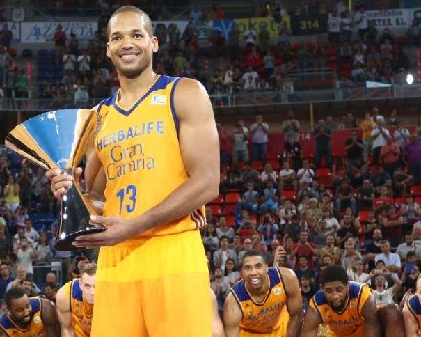 En esta foto podemos ver a Eulis Báez, sonriendo, con el trofeo de Campeón de la Supercopa ACB 2016 de Vitoria-Gasteis entre sus manos
