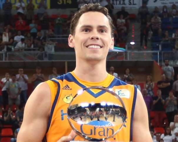 En esta foto podemos ver a Káil Kiuric, sonriendo, con el trofeo de MVP de la Supercopa ACB 2016 de Vitoria-Gasteis en sus manos
