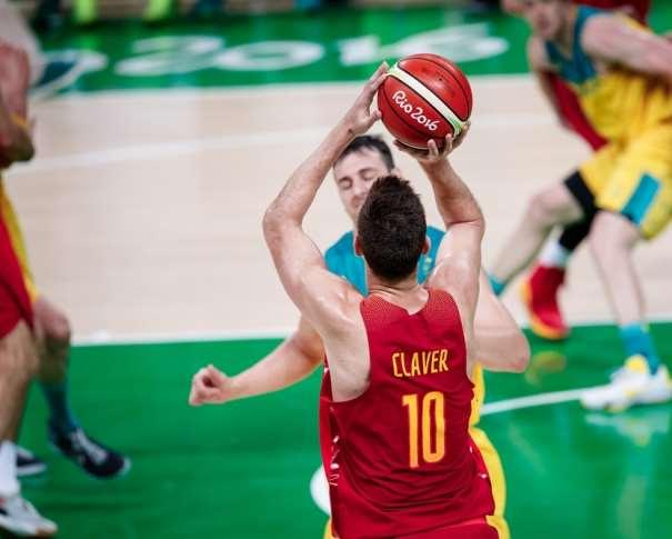 En esta foto podemos ver a Víctor Claver ejecutando un lanzamiento a canasta en el Partido por la Medalla de Bronce de los Juegos olímpicos de Río 2016, ante Australia, sin que Ningún Defensor Australiano pueda llegar a evitarlo