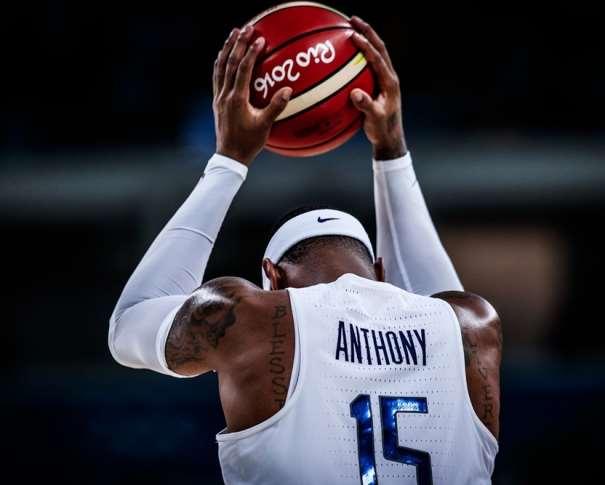 En esta foto podemos ver a Carmelo Anthony durante un momento de los Recientes Juegos Olímpicos de Río de Janeiro 2016, de espaldas, con el balón entre sus manos, en el que se puede leer, perfectamente el logo. También podemos ver parte de los tatuajes de Melo