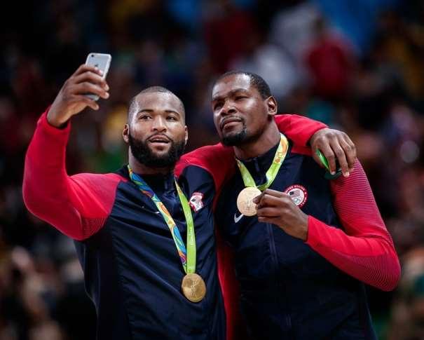 En esta foto podemos ver a Kevin Durant y a DeMarcus Cousins: el primero muestra la Medalla de Oro de los Recientes Juegos Olímpicos de Río de Janeiro 2016 mientras que el segundo hace un autorretrato de ambos