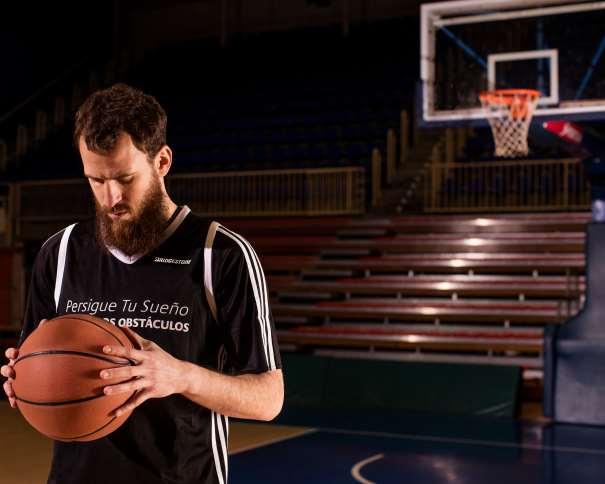 """En esta foto podemos ver a Sergio Rodríguez (""""Chacho""""), Jugador de los Philadelphia 76ers de la NBA, con el balón entre sus manos, de espaldas a la canasta"""