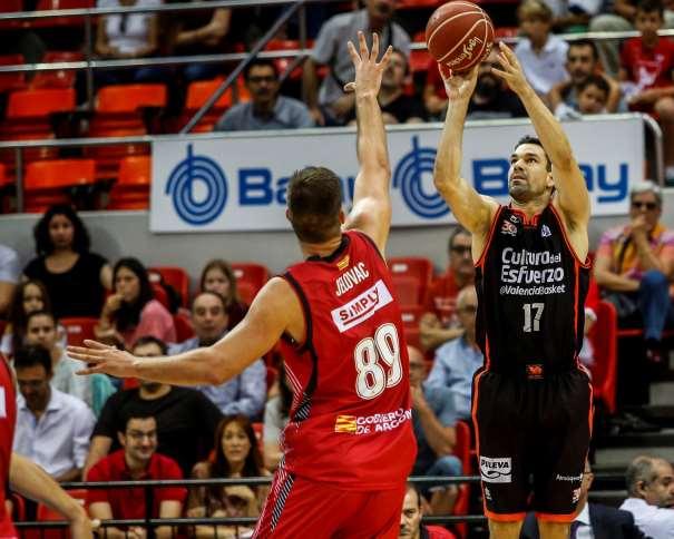 En eta foto podemos ver a Rafa Martínez ejecutando un lanzamiento a canasta sin que el jugador del Zaragoza pueda hacer nada por evitarlo