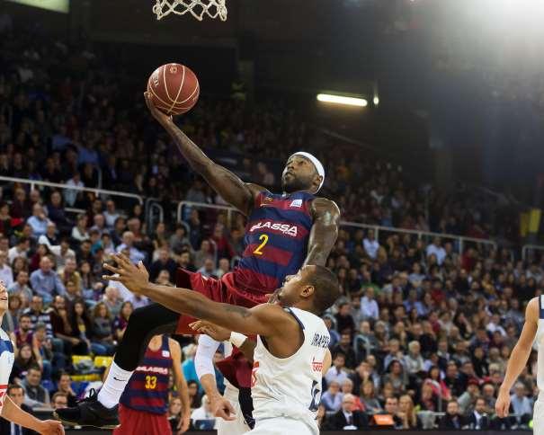 En esta foto podemos ver al Base del Barcelona, Tyrese Rice, penetrando a canasta y dejando una bandeja, rodeado por los 5 Defensores del Madrid