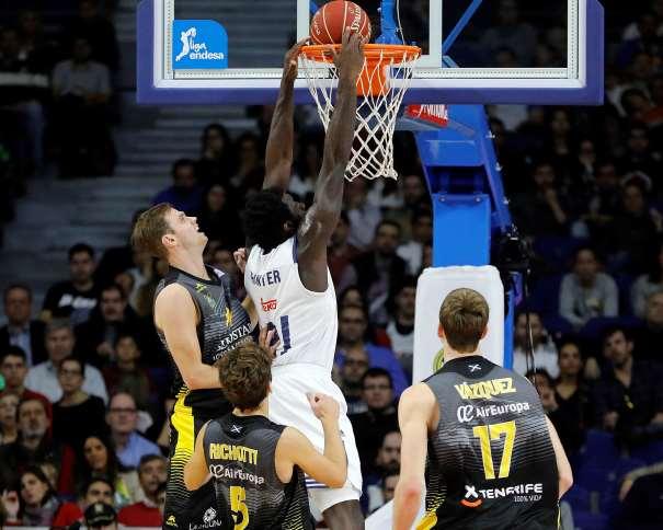En esta foto podemos ver a Othello Hunter haciendo un mate rodeado por 3 jugadores del Tenerife, en la octava Jornada de la Liga ACB 2016-2017