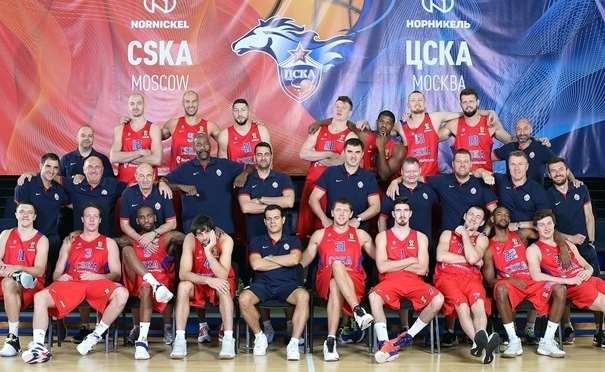 En esta foto podemos ver a los Jugadores, Entrenadores y demás miembros del TsSKA con el cartel de fondo con sus colores, el rojo y el azul, con su Escudo y con el busto del caballo que les da uno de sus apodos
