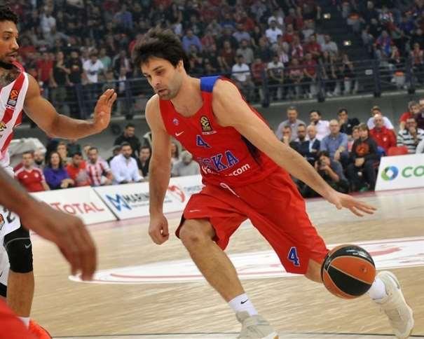 En esta foto podemos ver a Milosh Teodositch en un momento del Partido de la Quinta Jornada de la Euroliga 2016-2017 disputado en la pista el Olimpiacós en el que consiguieron la Victoria, botando el balón con su mano izquierda, atacando a su defensor