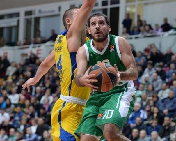 En esta foto podemos ver a Quino Colom ejecutando una entrada a canasta defendido por Colton Iversonen el Partido de la Octava Jornada de la Euroliga 2016-2017, visitando al Maccabi