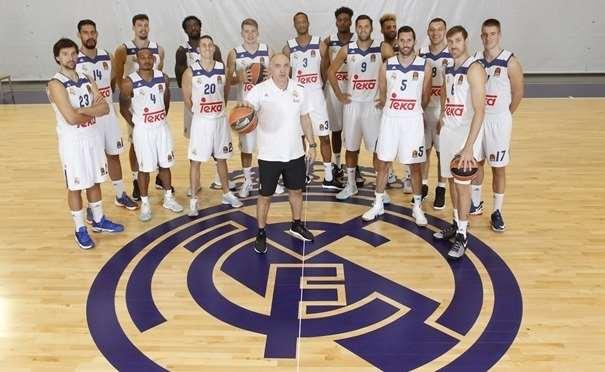 En esta foto podemos ver a los 15 Jugadores que el Madrid ha Inscrito en la Euroliga 2016-2017 junto a su entrenador, Pablo Laso, y el Escudo Republicano del Club, pintado en color morado Republicano en su Pabellón de Entrenamiento