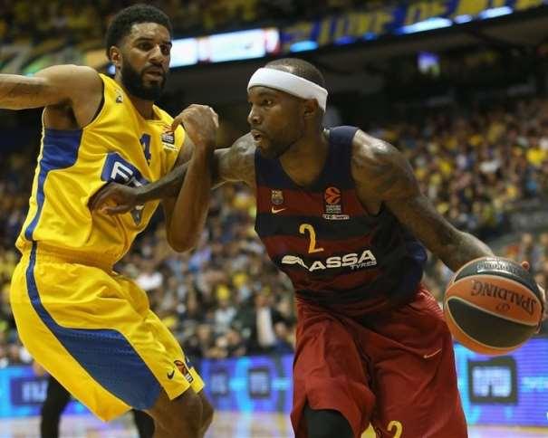 En esta foto podemos ver cómo Tyrese Rice trata de irse del Defensor del Maccabi mientras bota el baló con su mano izquierda
