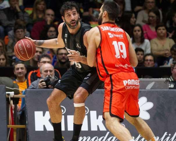 En esta foto podemos ver cómo el Jugador del Bilbao Àlex Mumbrú intenta superar, con bote, con su mano derecha, en situación de Poste Bajo, a su defensor del València, Fernando San Emeterio