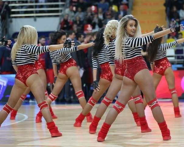 En esta foto podemos ver un momento de la actuación de las Cheerleaders del TsSKA, en el Partido que disputaron ante el Barcelona en la Duodécima Jornada de la Regular Season de la Nueva EuroLiga de Baloncesto 2016-2017