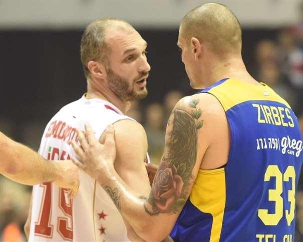 En esta foto podemos ver al jugador del Estrella Roja Marko Simonovitch junto a Maik Tsirbes, en el Último Partido que su Equipo disputó en Pionir, en el que consiguieron la Victoria ante el Maccabi