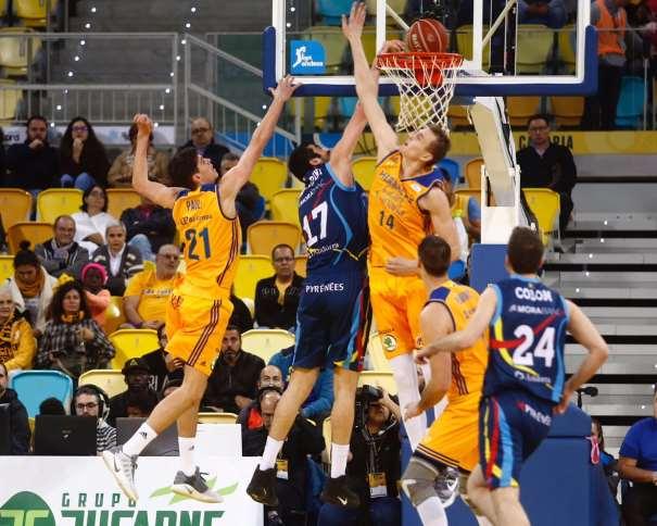 En esta foto podemos ver al Pívot georgiano del Andorra, Giorgi Shermadini, machacar por encima de la defensa de los Jugadores del Gran Canaria