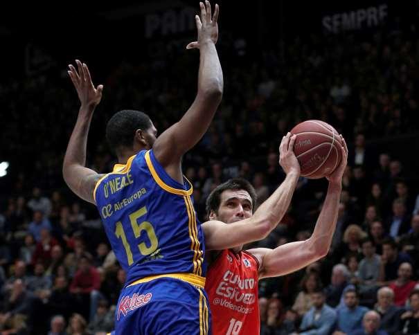 En esta foto podemos ver al jugador del València Fernando San Emeterio intentando anotar con la oposición de Royce O'Neale