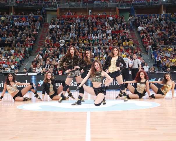 En esta foto podemos ve a las 8 Dream Cheers, Cheerleaders (Animadoras), seleccionadas por su Entrenadora para esta Copa ACB 2017 de Vitoria-Gasteiz durante uno de los momentos del Primer Partido ce Cuartos de Final entre el Baskonia y el Tenerie