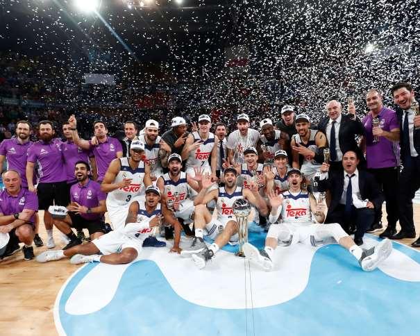 En esta foto podemos ver al Madrid, al completo (sus 14 Jugadores, sus 4 Entrenadores, su Preparador Físico, su Médico, su Delegado, sus Fisioterapeutas y su Utillero) celebrando el Título de Campeón de la Copa ACB 2017 de Vitoria-Gasteiz
