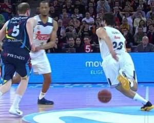 En esta imagen podemos ver cómo el Base-Escolta del Madrid Sergio Llull pisa la línea de medio campo y comete Violación de Campo Atrás en el Partido de Cuartos de Final de la Copa ACB 2017 de Vitoria-Gasteiz que disputaron contra el Andorra
