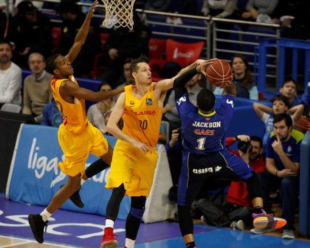 En esta foto podemos ver al Jugador francés del Estudiantes, Edwin Jackson, ejecutando un lanzamiento a canasta mientras que Marcus Eriksson, del Barcelona, trata de evitar ese tiro