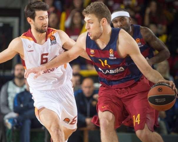 En esta foto podemos ver al Ala-Pívot del Barcelona. Aleksandar Vezenkov, tratando de irse de un defensor del Galatasaray turco, con bote, con su mano izquierda. A su espalda, También podemos ver al Base estadounidense Tyrese Rice