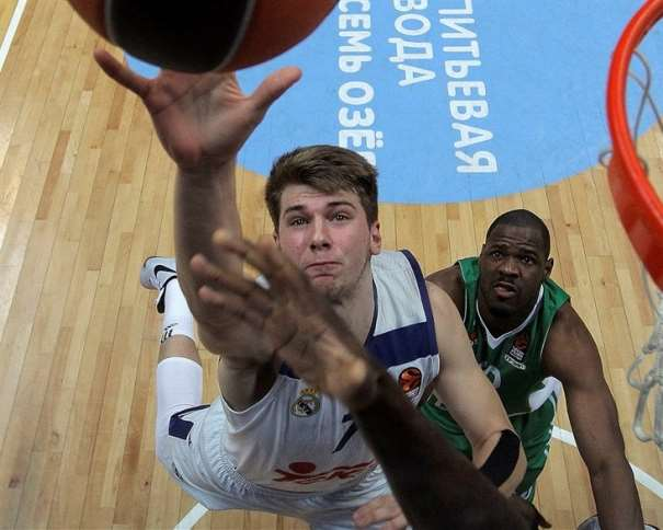 En esta foto podemos ver al joven (todavía No ha cumplido los 18 años) Base eslovenos del Madrid, Lúka Dónchitch, en una acción de rebote en el Partido de la Vigésimo Segunda Jornada de la Liga Regular de la Euroliga de Baloncesto 2016-2017