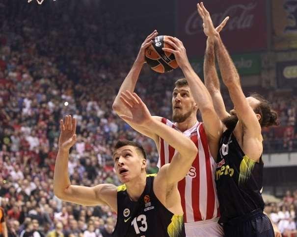 En esta foto podemos ver cómo Ognjen Kuzmić se hace con el control del balón pese a la oposición de 2 Defensores del Fenerbajche