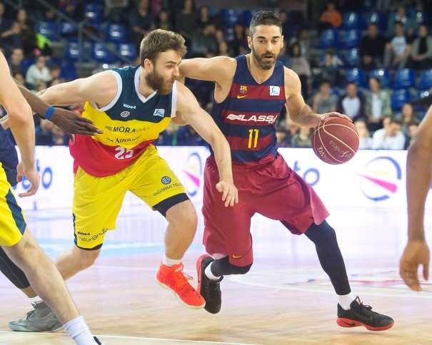 En esta foto podemos ver cómo el escolta català del Barcelona, Juan Carlos Navarro, Supera a un defensor del Andorra, el jugador nacido en la República Checa, David Jeliinek