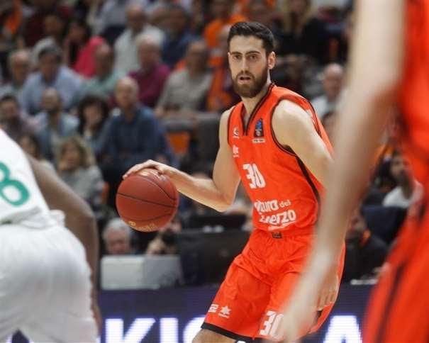 En esta foto podemos ver al jugador balear del València, Joan Sastre, botando el balón con su mano derecha